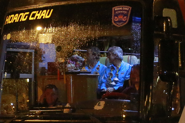 Vì điều kiện thời tiết và các cầu thủ Man City vừa trải qua chuyến bay dài cho nên đoàn xe trở các ngôi sao không dừng lại quá lâu.