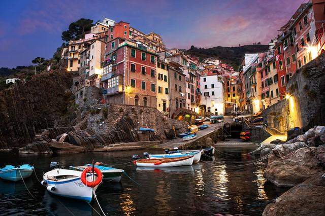 Hoàng hôn ở Cinque Terre, Italy.