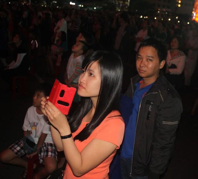 Hà Nội: Chờ màn rồng phun lửa từ cầu Nhật Tân