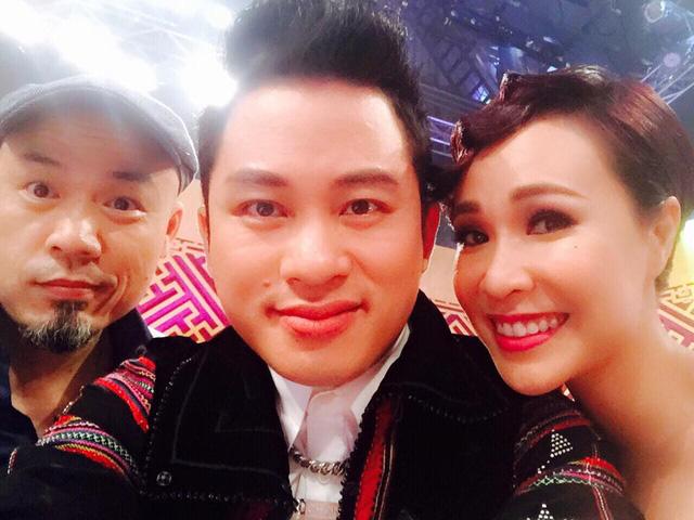 NS Huy Tuấn, ca sĩ Tùng Dương và Uyên Linh tranh thủ giữa giờ ghi hình để chụp ảnh selfie. (Ảnh: Tùng Dương FB)