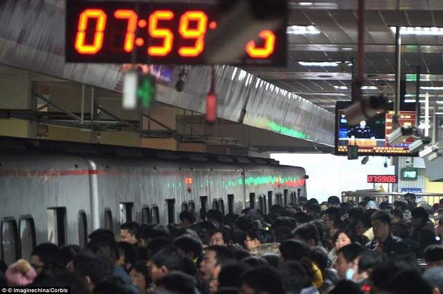 Người dân xếp hàng dài hàng chục mét chờ lên tàu. Hình ảnh chụp tại một nhà ga ở Bắc Kinh, Trung Quốc.