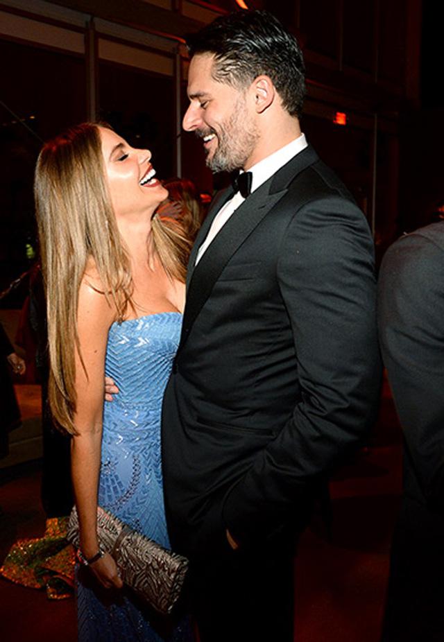 Sofia Vegara và hôn phu Joe Manganiello mỉm cười âu yếm bên nhau.