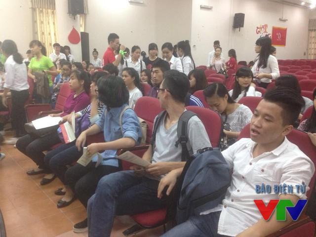 Hàng trăm sinh viên nhiệt tình tham gia hiến máu nhân đạo