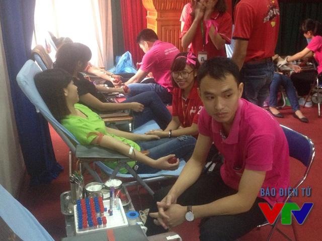 Giới trẻ hưởng ứng nhiệt tình với chương trình hiến máu nhân đạo.