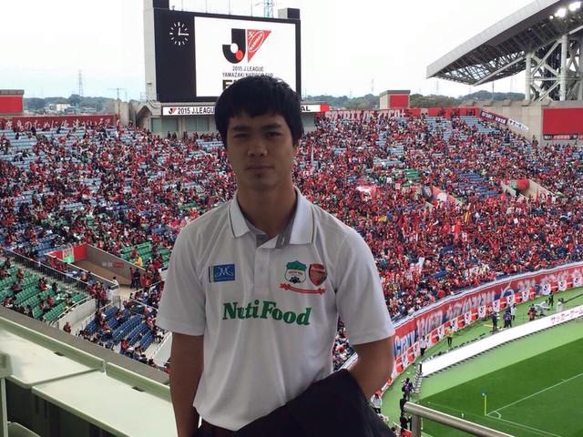 Công Phượng lựa chọn chiếc áo của học viện bóng đá HAGL-JMG để dự khán trận chung kết Cúp Quốc gia Nhật Bản