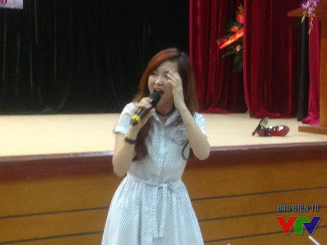 Đinh Hương mở đầu buổi giao lưu bằng ca khúc Vút bay