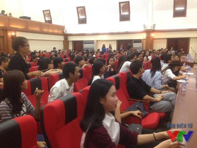 Hàng trăm sinh viên đã có mặt từ sớm để gặp gỡ thần tượng của mình