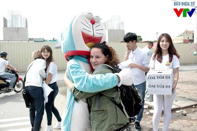 Sáng 11/11, chiến dịch Ôm tôi đi đã diễn ra tại cổng trường Đại học Công nghiệp Hà Nội, thu hút rất nhiều bạn trẻ tới tham gia.