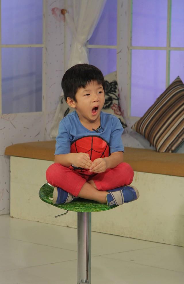 Đồng hành cùng họ còn có cậu con trai út của Đỗ Minh – bé Ti Tô. Cậu bé khá nhút nhát khi xuất hiện trong chương trình.