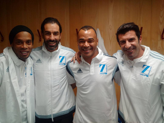 Ronaldinho, Cafu và Figo sát cùng nhau trong màu áo đội các ngôi sao thế giới
