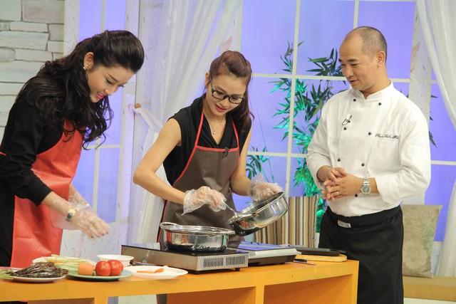 Đầu bếp Tuấn Hải hướng dẫn các nhân viên Bếp trưa vui vẻ nấu ăn
