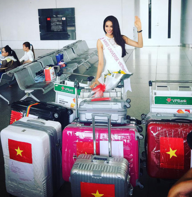 Phạm Hương tạo dáng bên cạnh số hành lý khủng được cô mang theo sang Mỹ