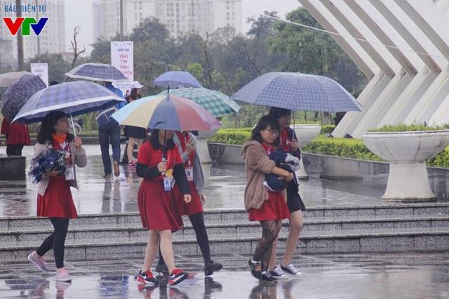 Trời mưa khá to cùng nhiệt độ giảm mạnh vẫn không làm giảm tinh thần nhiệt huyết, vượt mưa rét tới tham dự các hoạt động của Ngày hội Tình nguyện quốc gia Trái tim tình nguyện 2015.