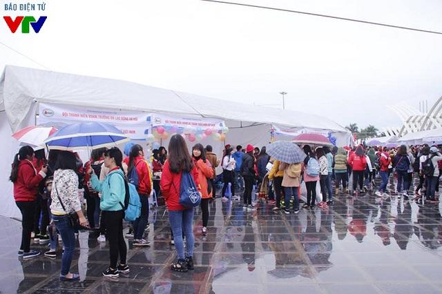 Các hoạt động trong ngày hội thu hút rất đông bạn trẻ tham gia dù thời tiết mưa rét.