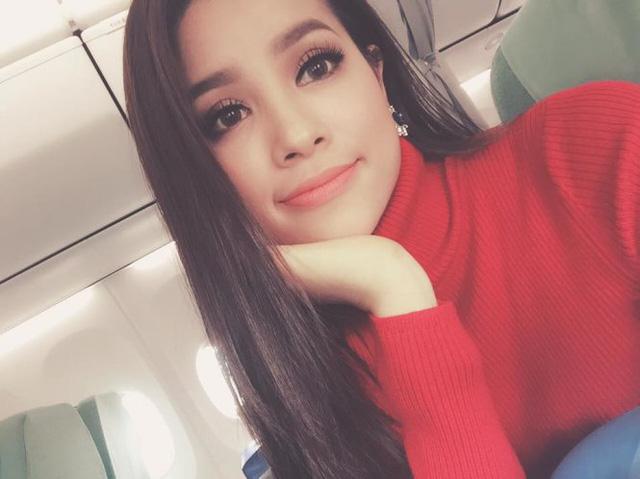 Hoa hậu Hoàn vũ Việt Nam 2015 selfie trên máy bay