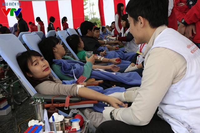 Tính đến buổi trưa ngày 5/12, đã có hơn 800 đơn vị máu được hiến tặng. Ban tổ chức mong muốn đón nhận nhiều hơn những tấm lòng nhân ái, đặc biệt là những người hiến máu nhóm O, A.