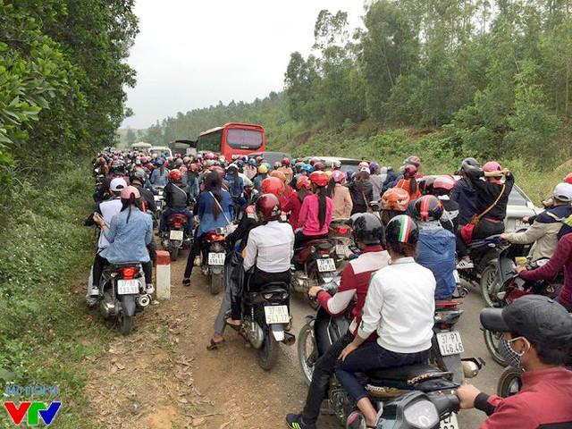 Hàng nghìn người đổ về khiến đoạn đường nhỏ hẹp dẫn tới cánh đồng hoa bị tắc nghẽn trong dịp cuối tuần vừa qua.