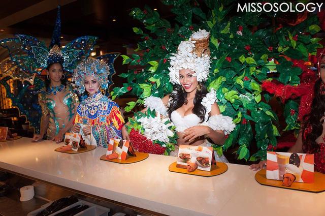 Hoa hậu Costa Rica (áo trắng) khoe vòng 1 đầy đặn trong trang phục cuốn hút lấy ý tưởng từ cỏ cây, hoa lá.