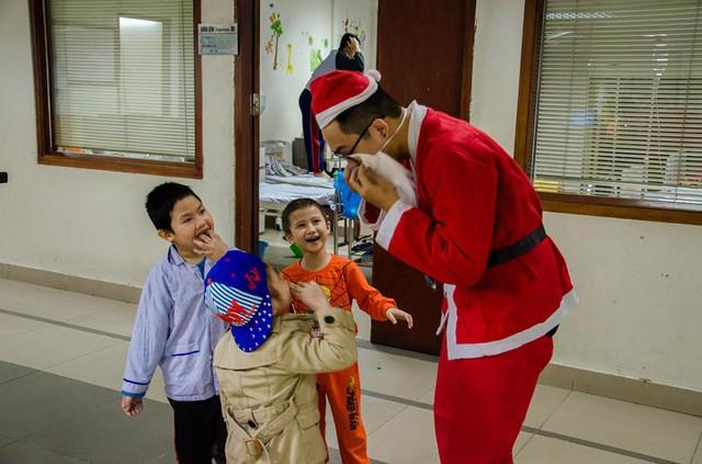Ông già Noel của một tổ chức thiện nguyện lớn tại Hà Nội tới phát quà cho các em nhỏ tại Viện Huyết học Truyền máu Trung ương trong chương trình Noel yêu thương (ảnh nhân vật cung cấp).