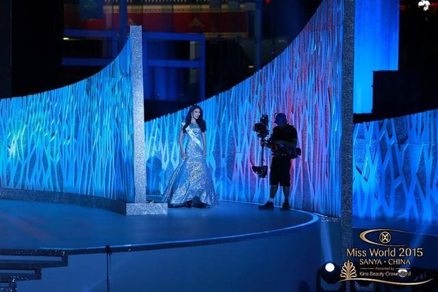 Lan Khuê tự tin sải bước khi được xướng tên là thí sinh thứ 11 được vào Bán kết. Cô nhận giải thưởng được bình chọn nhiều nhất.