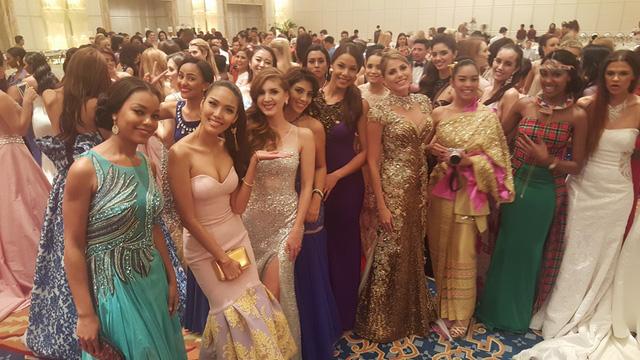 Bộ cánh sang trọng, nữ tính giúp cô nổi bật giữa dàn thí sinh Hoa hậu Thế giới 2015