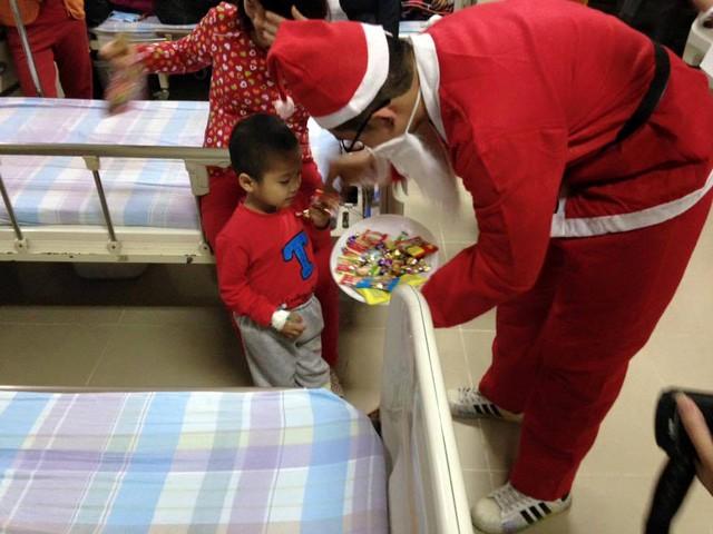 Dù không qua đào tạo nhưng những ông giầ Noel này đều phải đảm bảo kĩ năng tiếp xúc với trẻ, hiểu tâm lý và gần gũi trẻ.