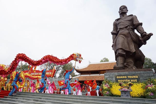 Điệu múa rồng gợi nhớ về trận đánh rồng lửa Ngọc Hồi - Đống Đa tiêu diệt quân Thanh vào năm 1789.
