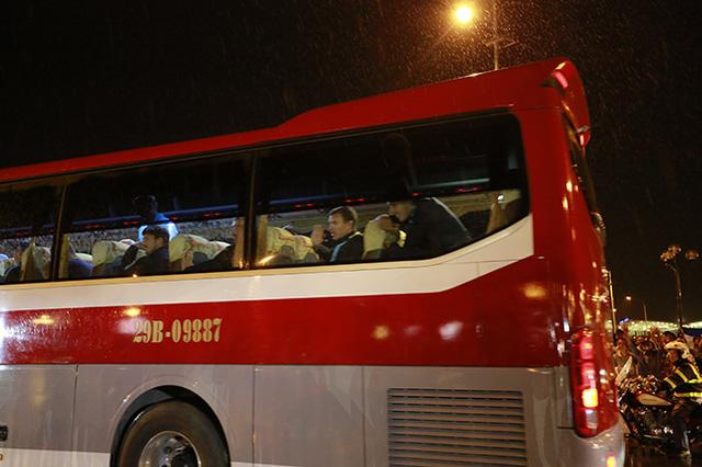 Các cầu thủ chỉ kịp vẫy tay chào người hâm mộ trước khi xe rời bánh về khách sạn.