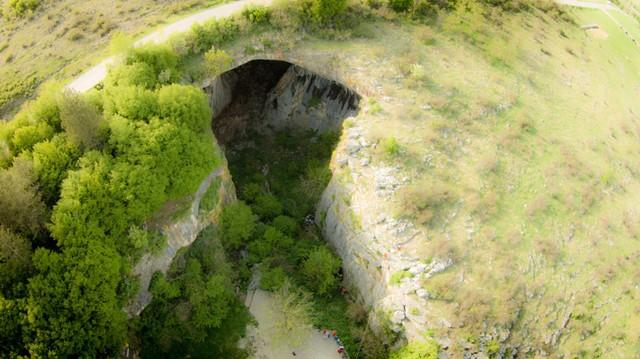 Hang động Prohodna ở Bulgari