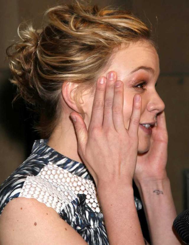 Nữ diễn viên Carey Mulligan mang hình xăm chim bay nhỏ xíu ở tay.