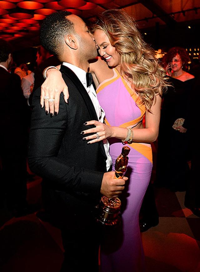 Trong khi đó, John Legend không ngại ngần dành cho vợ nụ hôn ngọt ngào ngay giữa bữa tiệc.