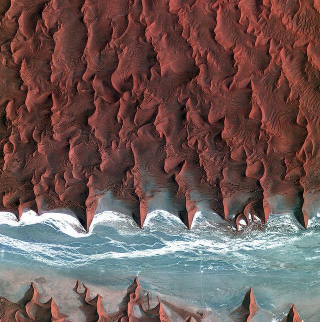 Sa mạc Namib thuộc miền nam châu Phi nhìn từ trên cao.