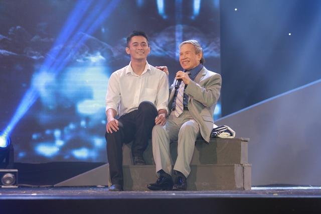 Nhạc sĩ Kiều Hưng tự thể hiện nhạc phẩm Tình em biển cả.