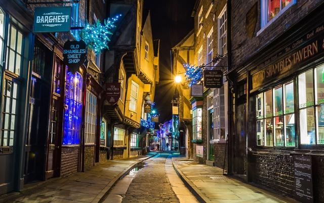 Một góc phố khác yên tĩnh nhưng mang sắc màu Giáng sinh cổ điển ở York, Anh