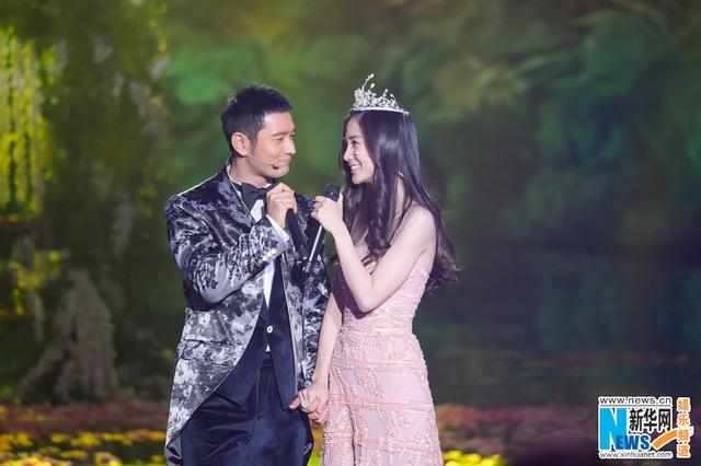Huỳnh Hiểu Minh và Angelababy là khách mời đặc biệt trong chương trình biểu diễn cuối năm của kênh Dragon TV tối qua (31/12)