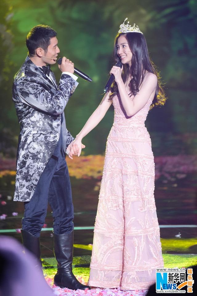 Hai người liên tục trao nhau ánh nhìn trìu mến và những cử chỉ thân mật, ngọt ngào