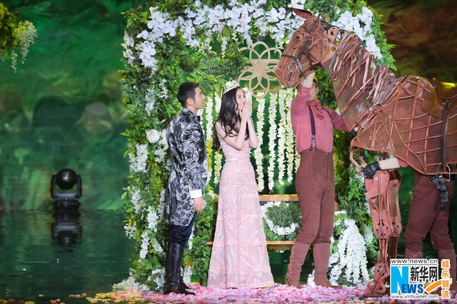"""Nhiều người tỏ ra ganh tỵ với chàng Dương Quá"""" Huỳnh Hiểu Minh khi sở hữu một cô bạn gái vừa xinh đẹp, vừa đa tài"""