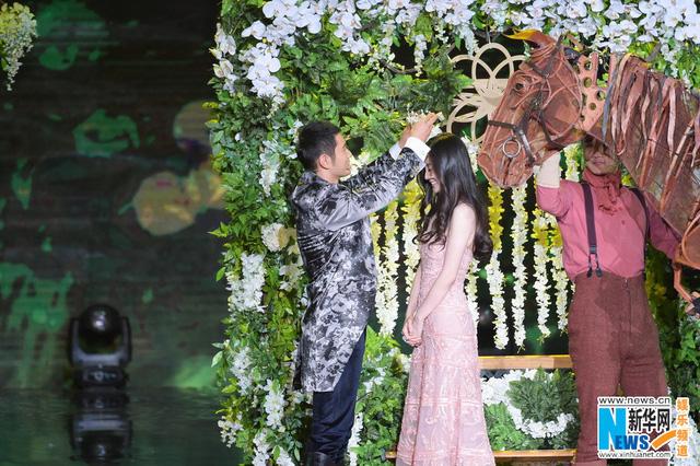 Xuất hiện trong chương trình đặc biệt chào đón năm 2015, cặp đôi đình đám làng điện ảnh Trung Quốc vào vai công chúa và hoàng tử