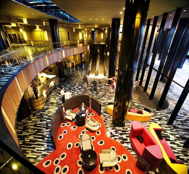 Sảnh khách sạn ấn tượng với những mảng màu sắc nổi bật.
