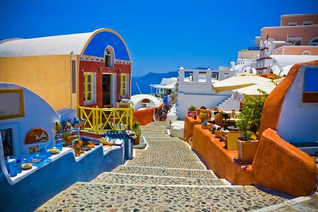 Những con đường lát đá và những ngôi nhà nhỏ nhắn tràn ngập màu sắc sẽ in đậm trong ký ức của du khách sau chuyến du lịch tại Santorini