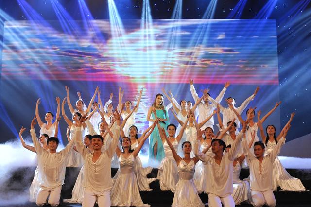 Mỹ Tâm một lần nữa gây ấn tượng trong chương trình với bản hit Biển hát chiều nay.