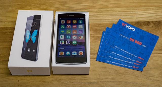 Anh Trần Mạnh Hiệp - người sáng lập diễn đàn công nghệ Tinhte.vn đã nhận được chiếc BPhone đã đặt mua kèm theo quà xin lỗi của Bkav