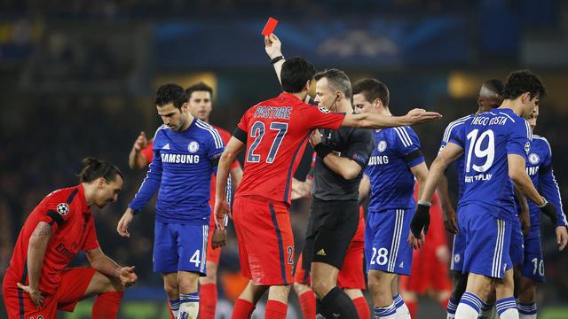 Zlatan Ibrahimovic vắng mặt do chiếc thẻ đỏ trực tiếp trong trận đấu với Chelsea