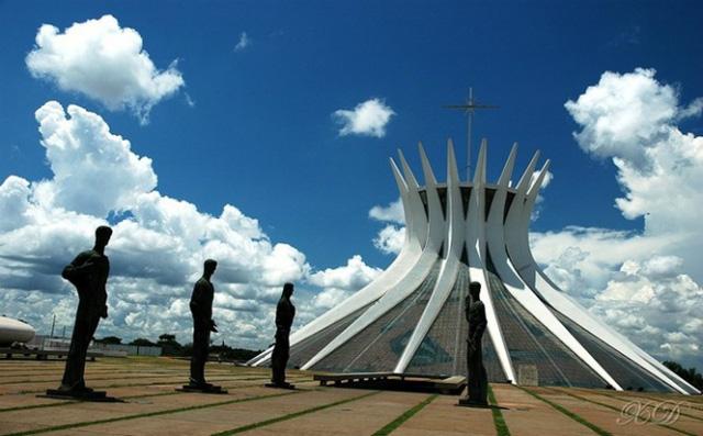 Nhà thờ chính tòa Brasilia ở Brazil là một trong những nhà thơ có kiến trúc lạ mắt nhất thế giới, được thiết kế hình vành hoa mận gai và phải mất tới 10 năm xây dựng.