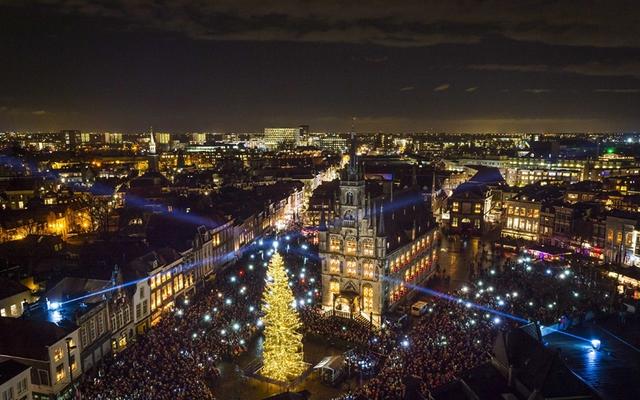 Quảng trường Trung tâm ở Gouda, Hà Lan nổi bật với cây thông khổng lồ.