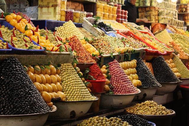 Fez (Morocco) có nhiều các ngõ chợ độc đáo và đa dạng về gia vị, ẩm thực, tạo nên sắc màu ẩm thực thú vị cho nơi này.