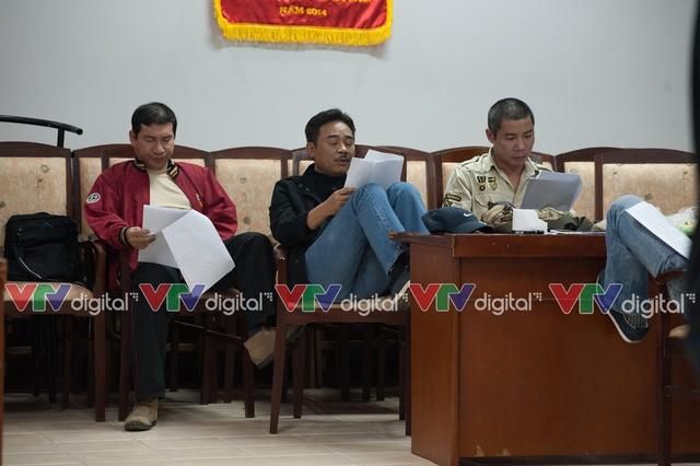 Các nghệ sỹ Quang Thắng, Quốc Khánh và Công Lý chăm chú học thuộc kịch bản trước khi phối diễn