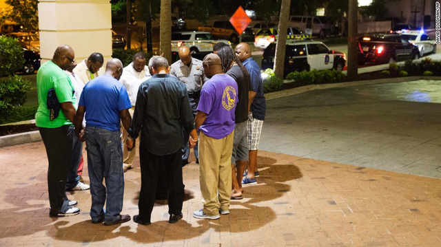 Người dân cầu nguyện bên ngoài hiện trường vụ xả súng đẫm máu ở Charleston (Ảnh: CNN)