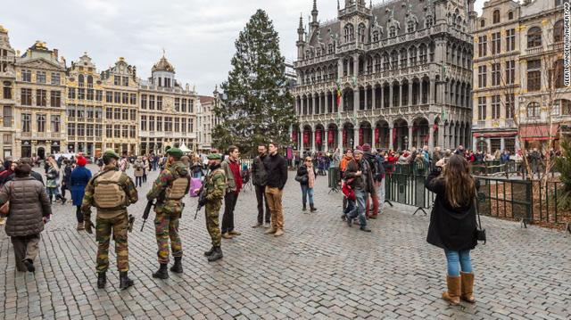 Cảnh sát tuần tra tại quảng trường Grand Place, Brussels