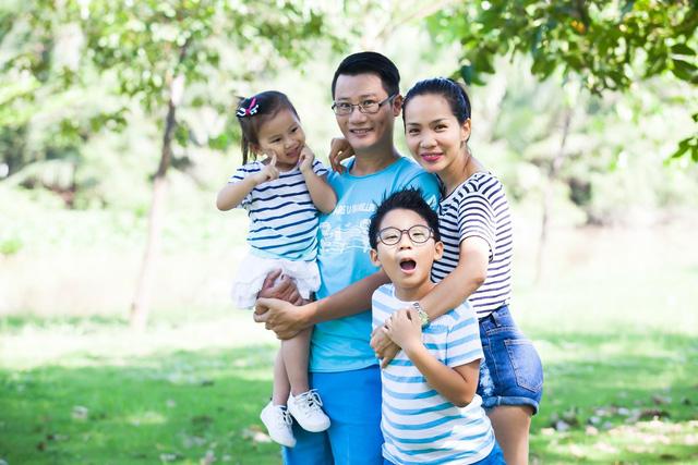 Gia đình hạnh phúc của ca sĩ Hoàng Bách.